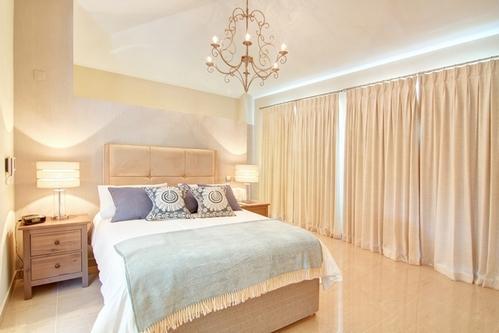 бежевые шторы в спальне