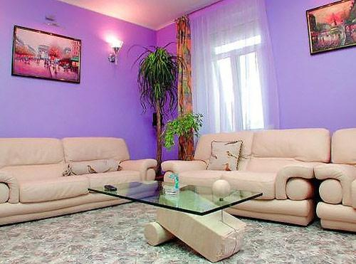 Обои сиреневого цвета в интерьере гостиной