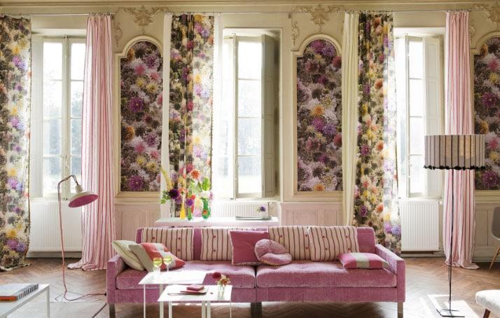 Шторы с цветами в интерьере гостиной