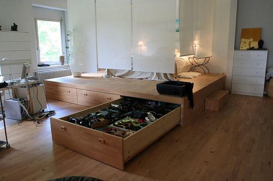 Использование рольштор для ограждения спального места в гостиной