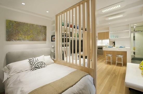 Решетчатая деревянная перегородка между спальней и гостиной