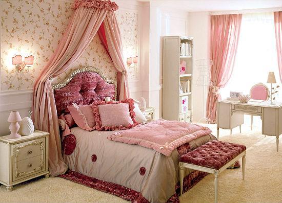 Нежно-розовые шторы с декоративной оборкой над кроватью в спальне
