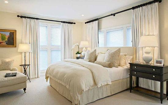 Белые шторы на карнизах-штангах в интерьере светлой спальни