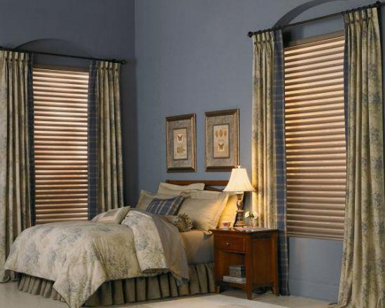 Классические шторы и жалюзи в оформлении окон спальни
