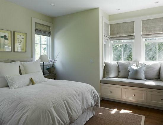 Плотные короткие шторы в спальне
