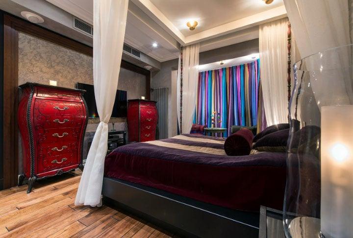 Цветные шторы в интерьере красивой спальни