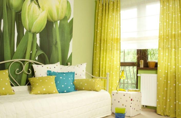 Цветные шторы в интерьере спальни