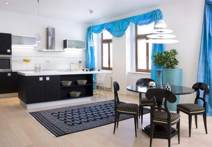 Цветные шторы в интерьере кухни