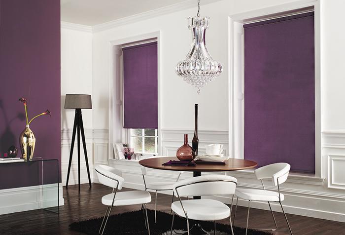 Фиолетовые рулонные шторы в столовой