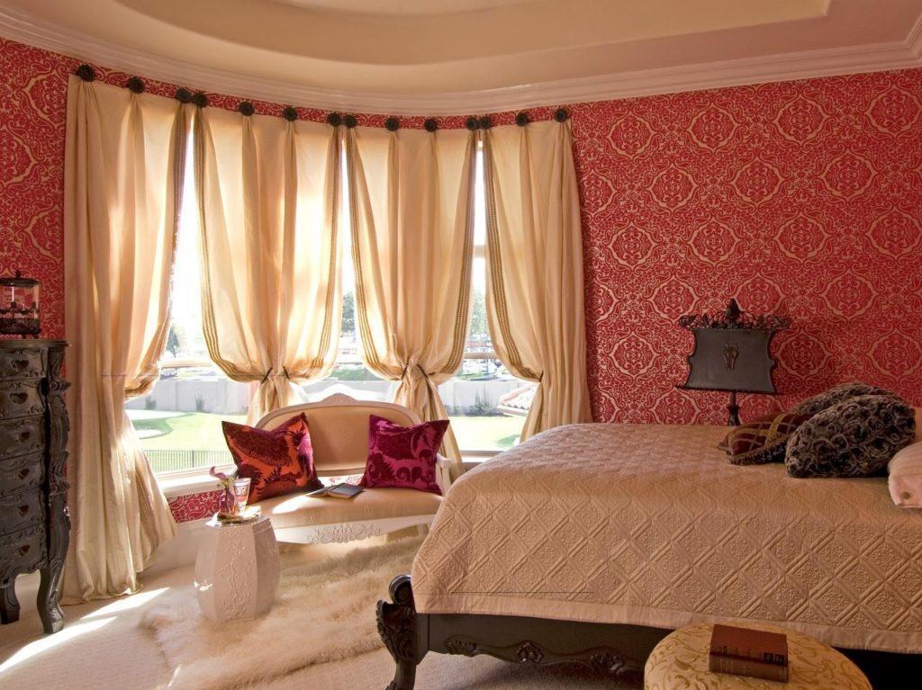 Как красиво повесить шторы на окно в спальне