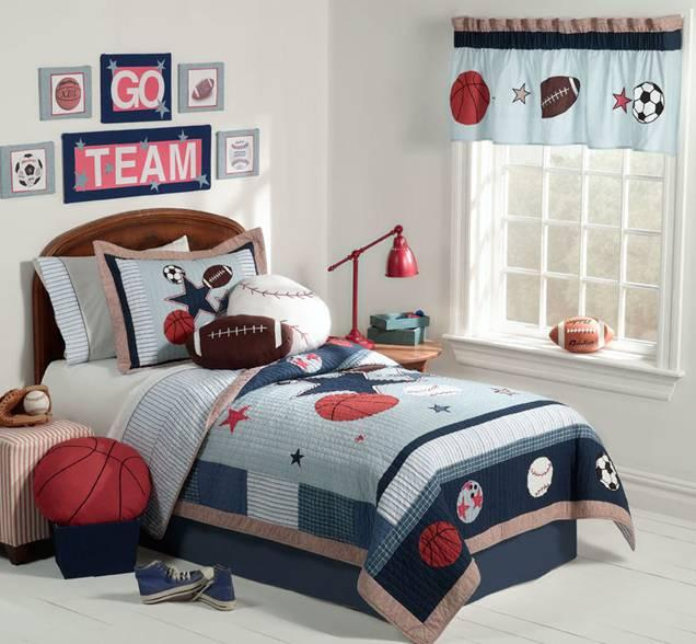 Короткие спортивные шторы в комнате мальчика
