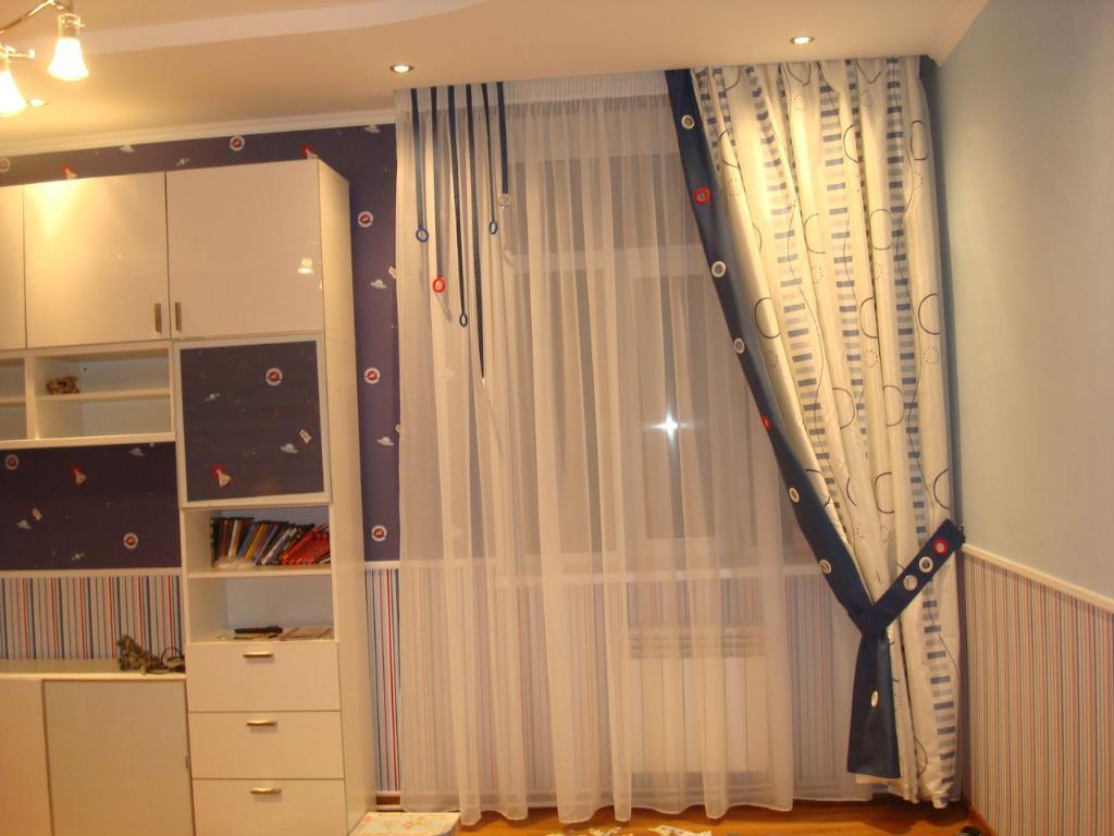 Нежная тюль и плотные шторы в комнате мальчика