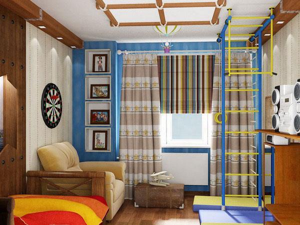 Римские шторы в сочетани с полосатыми длинными занавесками в комнате мальчика