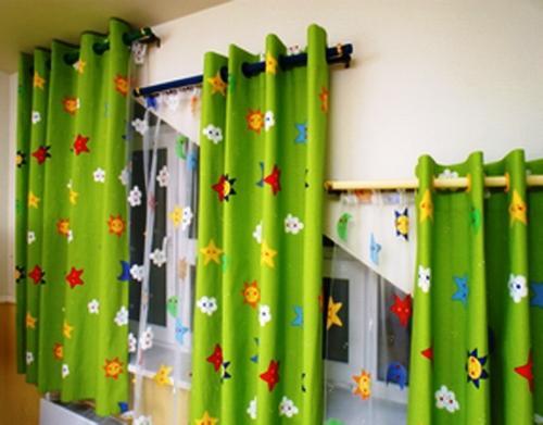 Короткие зеленые шторы с ярким рисунком для детской