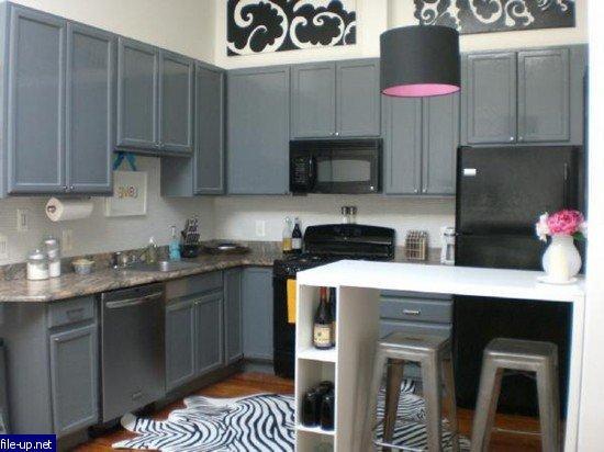 Серая кухня с белыми стенами