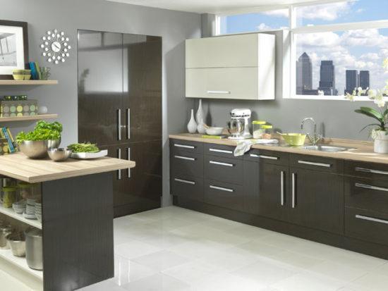 Серо-белая кухня: бежевая палитра в дополнение к основным цветам