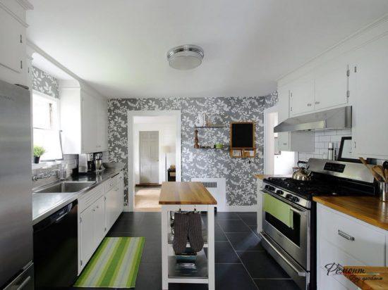 Серо-белая кухня с деревянной столешницей
