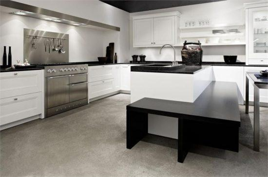 Современная серо-белая кухня: пол в оттенках серого