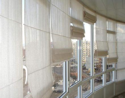 римские шторы на французском балконе