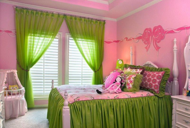 зеленые занавески в розовой детской для девочки