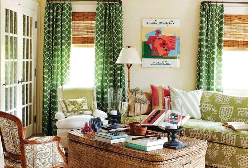 зеленые шторы на кольцах в интерьере зала