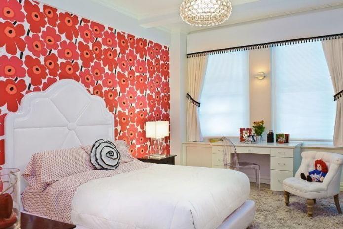 светлая мебель в спальне с обоями с рисунком