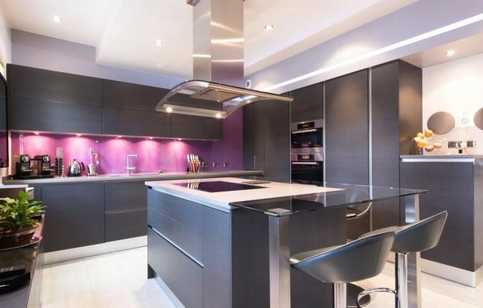 интерьер кухни в черно-фиолетовых тонах