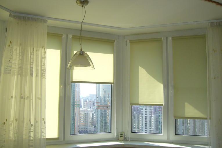 Зеленые рулонные шторы в эркере