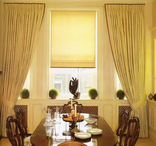 Рулонные шторы в комбинации с портьерами