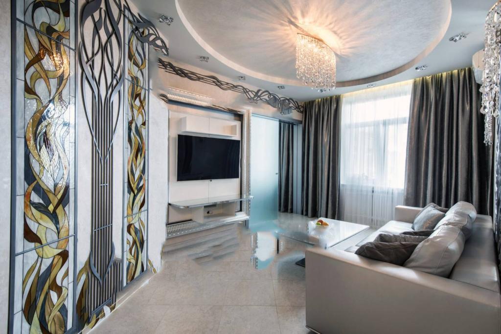 Прежде всего шторы в зал в стиле модерн стоит выбирать, отталиваясь от их цвета и фактуры