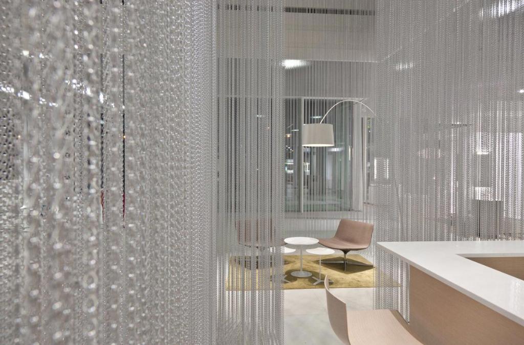 Нитяные шторы предназначены не только для оформления окна, но и для зонирования пространства
