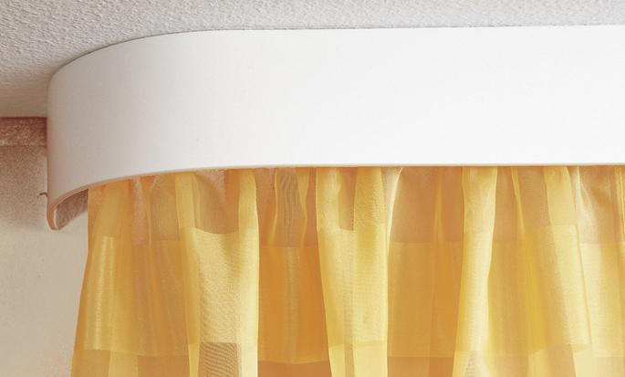 Потолочный карниз позволяет шторе служить в качестве термоизолятора