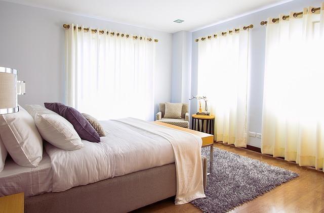 Белоснежные занавески в спальне