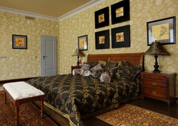 Использование в спальне желтых обоев