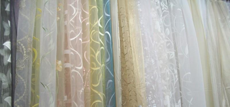 Органза для штор является достаточно специфическим материалом, имеющим тончайшую структуру и прозрачный внешний вид