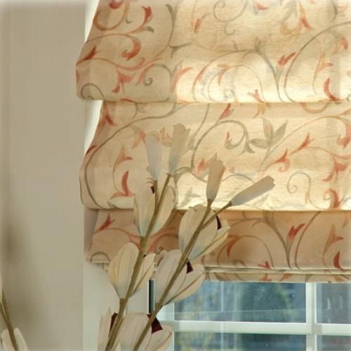 Как и другие, римские шторы из ткани нуждаются в периодической стирке