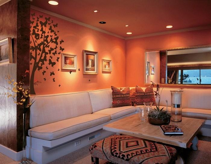 Бабочки на стене и стекляная лампа