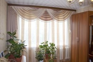 асимметричные шторы в интерьере гостиной